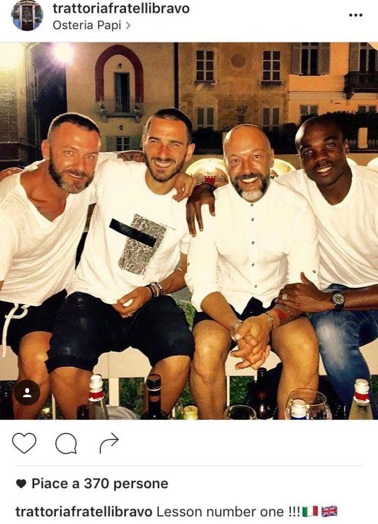 La foto che ritrae i proprietari insieme a Bonucci e Ogbonna