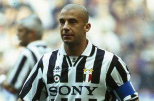 Gianluca Vialli ai tempi della Juve con i gradi di capitano