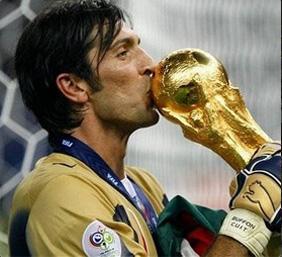 Gigi bacia la Coppa del Mondo il 9 luglio 2006