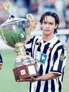 Inzaghi alza il trofeo Berlusconi 1999