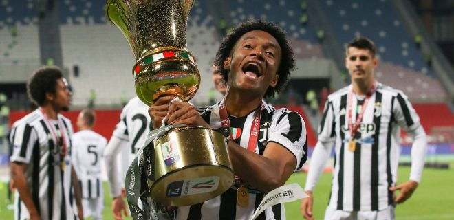 Reggio Emilia, Italy, 19th May 2021. Juan Cuadrado of Juventus celebrates with the trophy following the 2-1 victory in the Coppa Italia match at Mapei Stadium - Citt del Tricolore, Sassuolo. Picture credit should read: Jonathan Moscrop / Sportimage PUBLICATIONxNOTxINxUK SPI-1056-0058