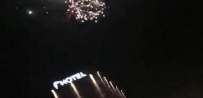Fuochi d'artificio fuori dall'hotel della Juventus